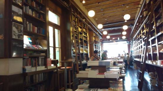 Libros del Pasaje Bar: Um paraíso aconchegante para os amantes de livros.