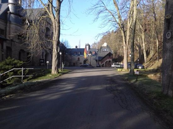 Schloss Hotel Wolfsbrunnen: Auffahrt zum Schloss
