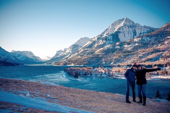 Waterton Glacier Suites: The lake near the hotel