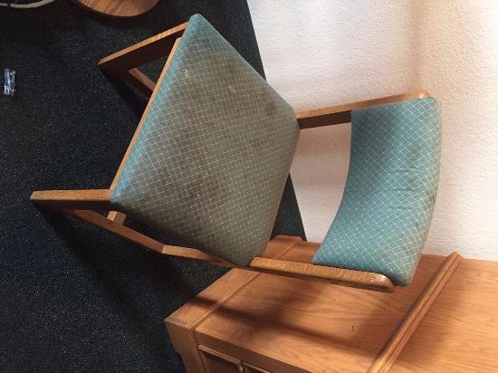 Big Bear Lake Front Lodge: chair in the room, how dirty