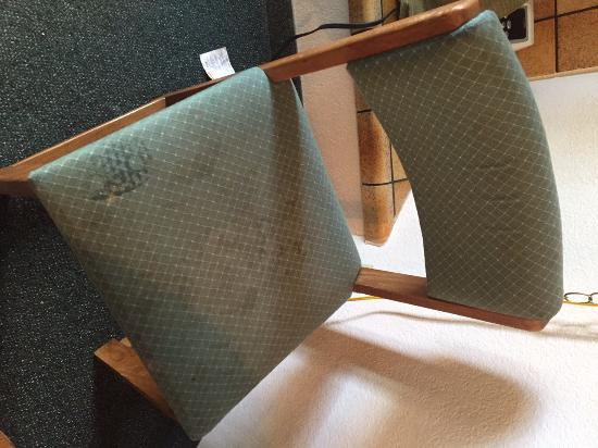 Big Bear Lake Front Lodge: another chair in the room, gross dirty