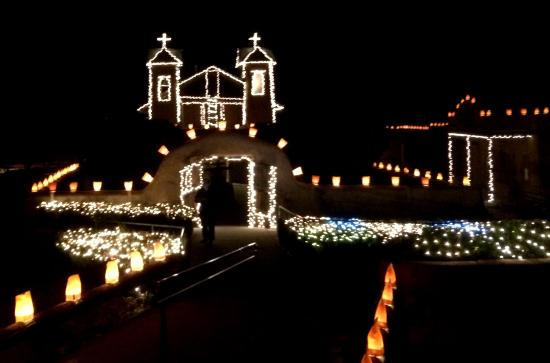 Chimayo, Nuevo Mexico: The Santuario decorated for Christmas