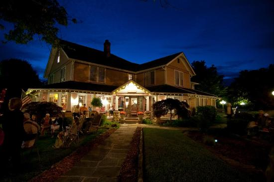 The Inn at Mountain View: Front at night