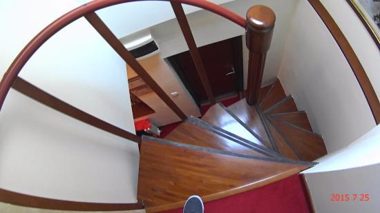Villa Manjez: Лестница на второй этаж в номере