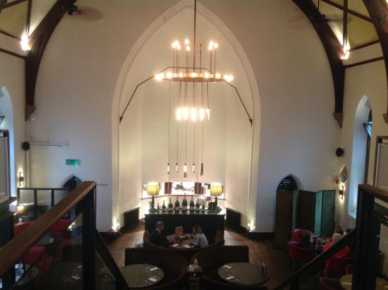 Godalming, UK: Super atmosphere in this large and airy building