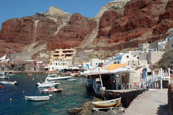 Ammoudi, Grecia: Prachtige kleuren in het vulkanisch gesteente