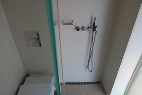 Hotel Brosundet: water addossato alla piccola doccia