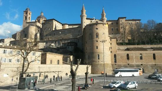 Vosta dal ristorante con Palazzo Ducale e Piazza Borgo Mercatale ...