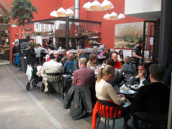 ลุนด์, สวีเดน: Malmstens fisk's fish restaurant in the Covered Food Market of Lund.