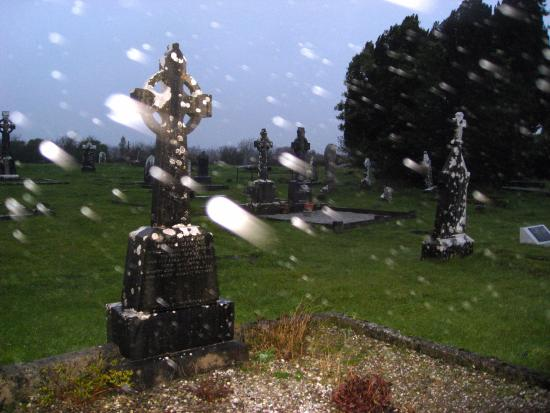 Oughterard, أيرلندا: Centuries old graveyard in Oughterard, Ireland