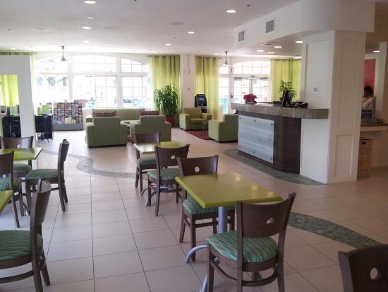 Coconut Waikiki Hotel: Lobby