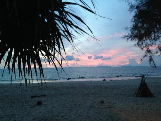 Lanta Castaway Beach Resort: Sunset