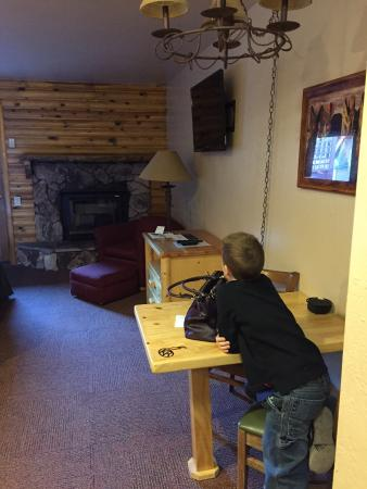 Kohl's Ranch Lodge: Small table, TV and fireplace