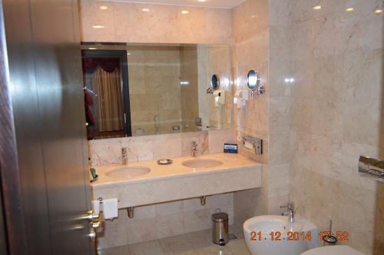 Hilton Sibiu: bathroom - suite