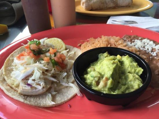 Kalaheo, Havai: Fish taco, grilled fish, with side of guacamole and beans