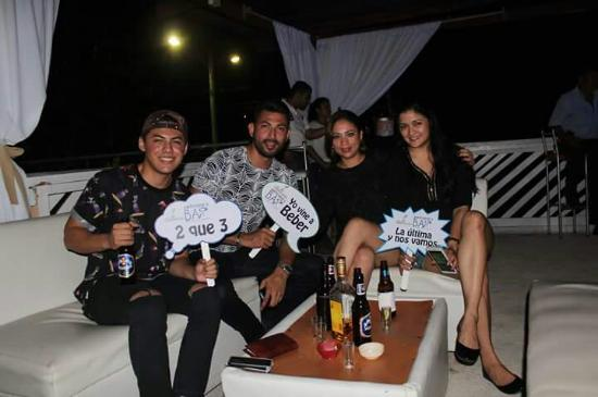 San Lorenzo, Honduras: 1 aniversario Pelicano's Bar...