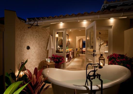 Jumby Bay, A Rosewood Resort: Outdoor tub & shower to indoor bathroom to bedroom