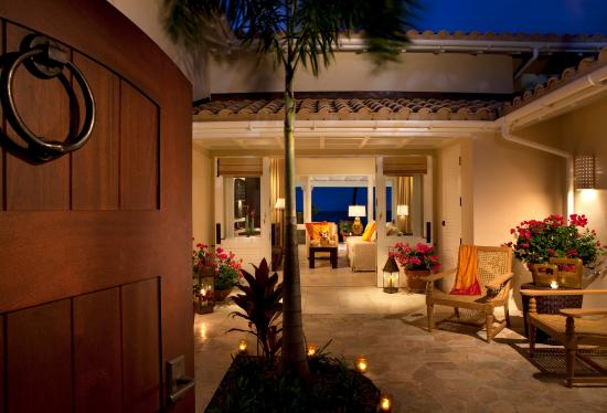 Jumby Bay, A Rosewood Resort: Courtyard to living room to verandah on beach