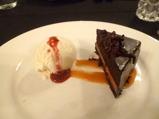 Beaumaris, Australien: Chocolate cake with ice cream