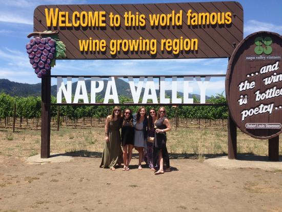 Данвилл, Калифорния: Tour group at gateway to Napa Valley