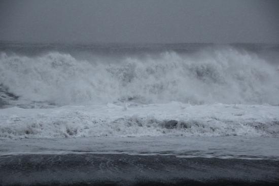Black Sand Beach: Waves