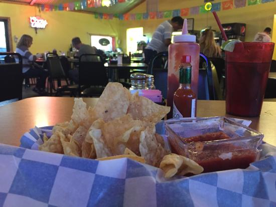 Fort Stockton, Teksas: Chips on every table; crisp, flavorful; child's enchilada plate; flautist.