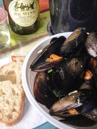 Toorak, Avustralya: White wine, garlic & Parsley Steamed Mussels $10