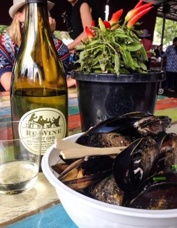Toorak, Avustralya: Enjoy the mussels with some wine