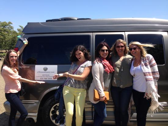 Danville, Kalifornia: tour guests hamming it up by the van