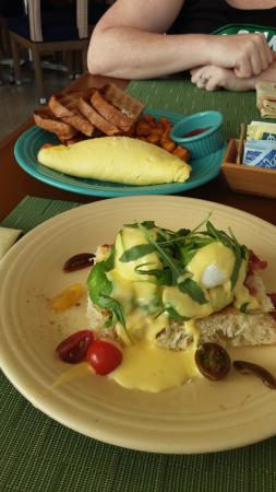 Overlook Grill: Omelet and Eggs Benedict