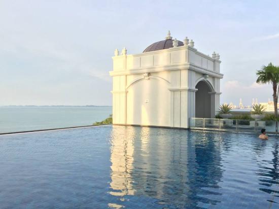 Eastern & Oriental Hotel: 看似無邊際的泳池