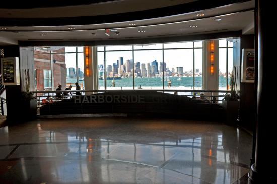 Hyatt Regency Boston Harbor: Dining area from the hotel lobby