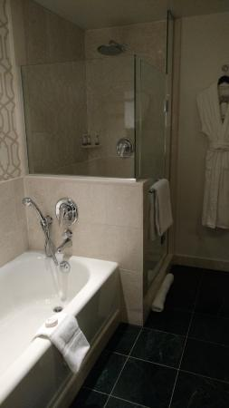 Sofitel Washington DC: Nice bathroom with separate tub and shower. Plush robes & slippers.