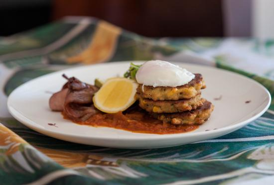 Medowie, Австралия: Breakfast- Corn cakes with tomato relish, bacon, avocado & a poached egg
