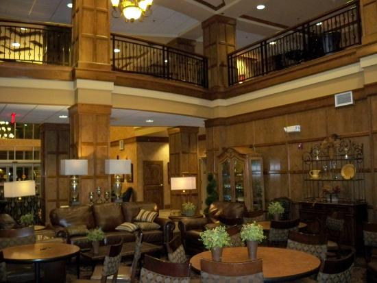 Sioux Falls ClubHouse Hotel & Suites: Lobby and upper balcony