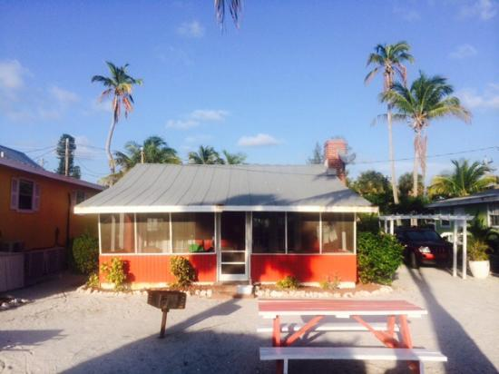 Castaways Cottages of Sanibel: The lanai side of our cottage that faced the Gulf of Mexico.