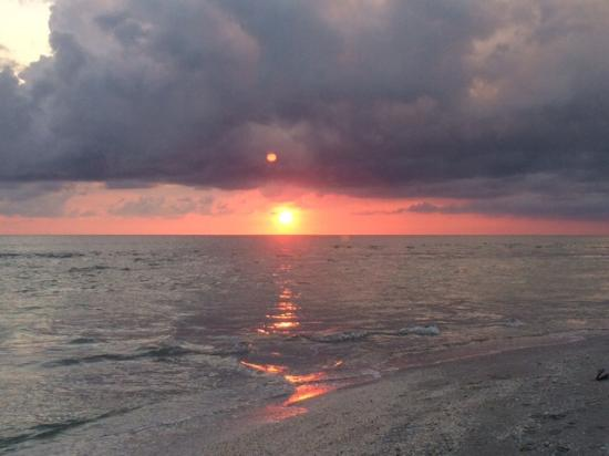 Castaways Cottages of Sanibel: One of many beautiful sunsets!