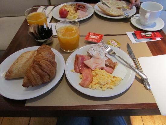 Hotel Ciutat de Girona: 朝食ビュッフェ