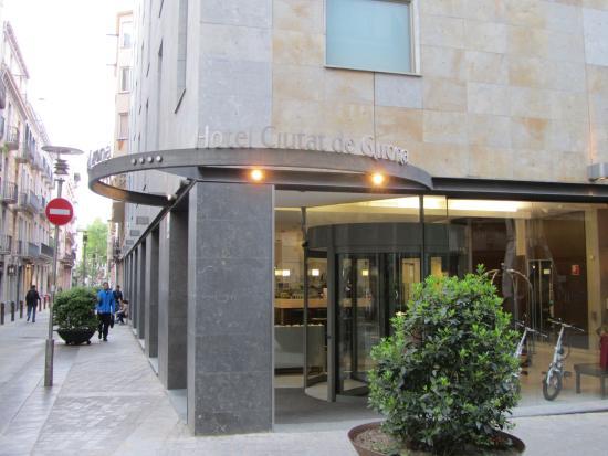 Hotel Ciutat de Girona: ホテル外観、エントランス