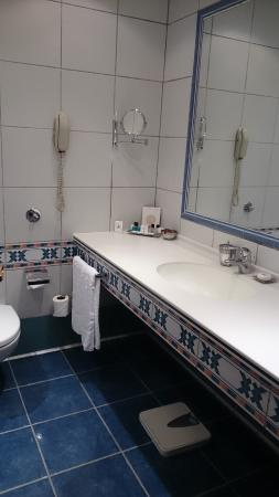 Armed Forces Officers Club & Hotel: bathroom