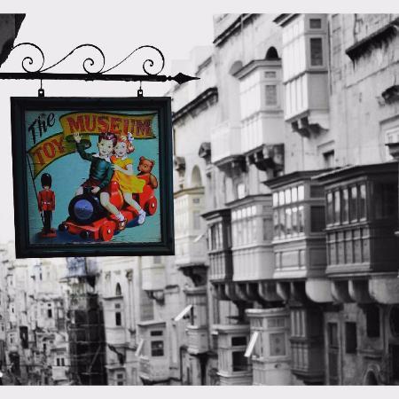 Toy Museum  Valletta: Красочная вывеска привлекает внимание многих прохожих