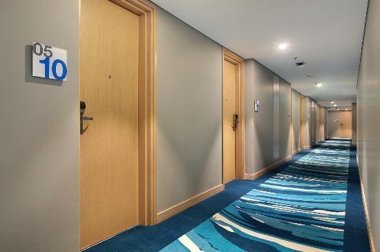 corridor of holiday inn express jakarta wahid hasyim picture of rh tripadvisor com sg