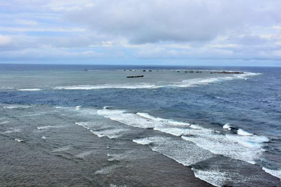 沖合で波がぶつかって円形の白波...