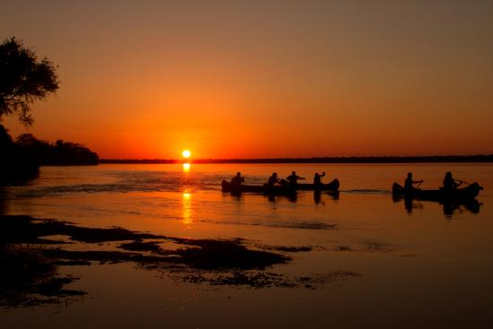Zimbabue: Beautiful time of day to be canoeing!!