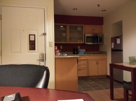 Residence Inn Durham Research Triangle Park : Kitchen area in suite