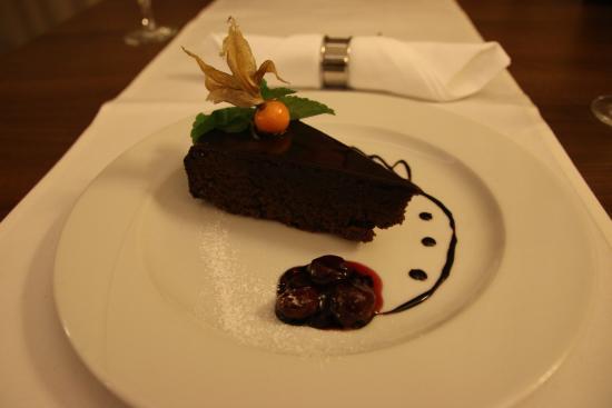 Rusovce, Slovakien: Čokoládovo-orechová torta so cherry omáčkou