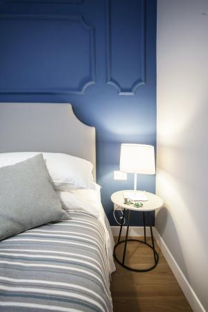 Testata Letto A Parete.Camera Con Parete Testata Letto Colore Blu Picture Of Hotel Il