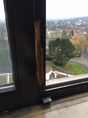 NH Wiesbaden: kaputtes Fenster
