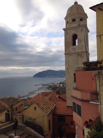 Cervo, Włochy: Dalla piazzetta....
