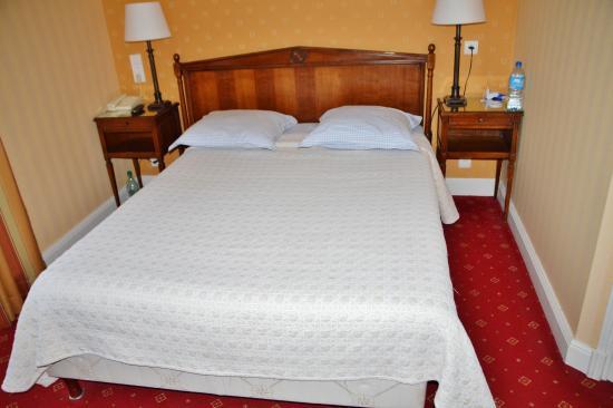 Hotel de France et Chateaubriand: Hotel France et Chateaubriand lit